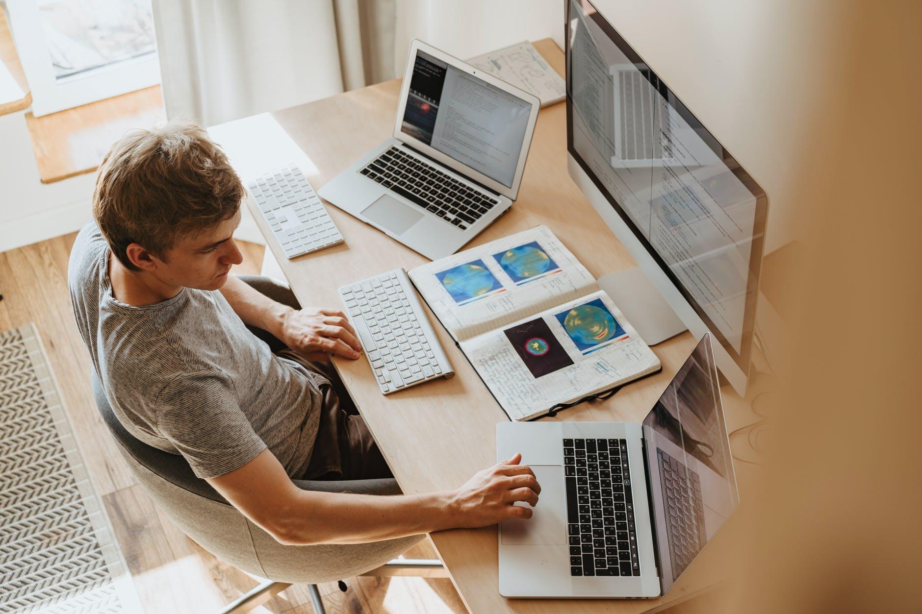 mand som sidder og arbejder ved sit skrivebord