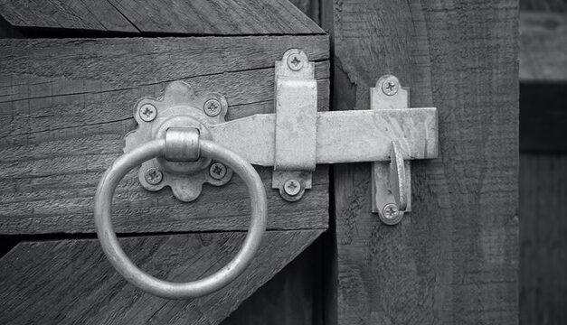 Lås til skydedøre – En låsesmed kan montere det for dig